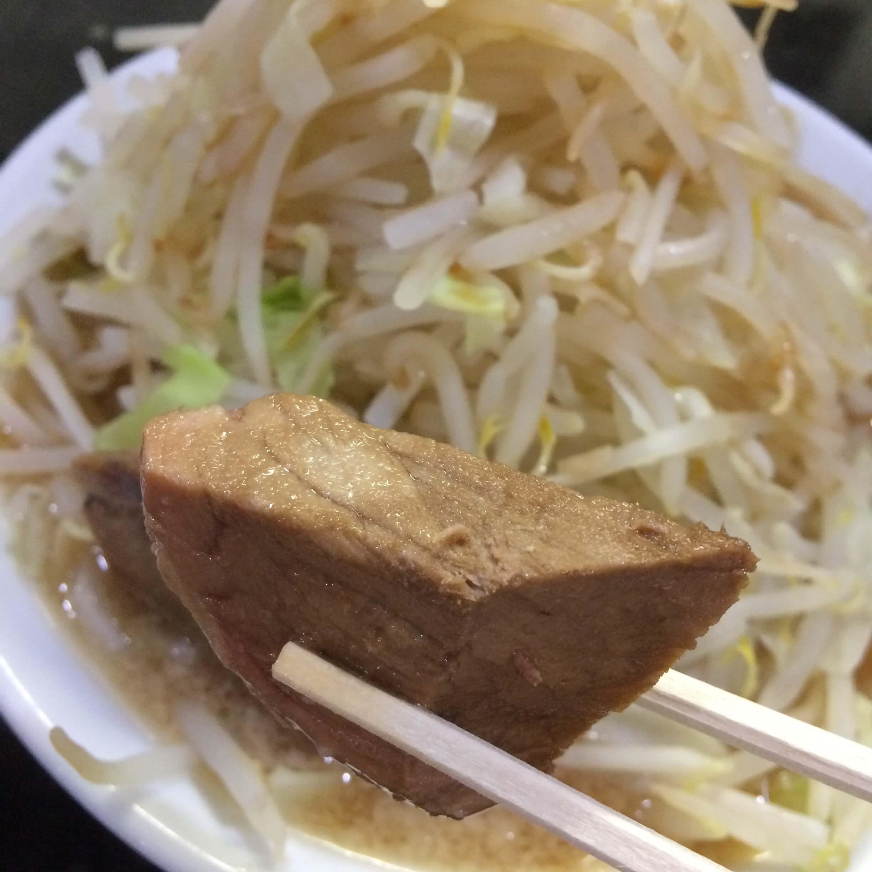 島系本店舞鶴店の分厚い煮豚